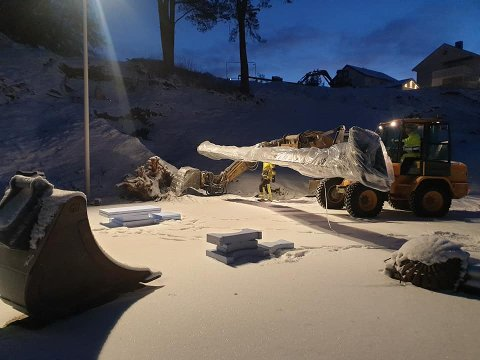 Tirsdag morgen var ansatte i firmaet Kurt Bye i ferd med å montere en av skliene i Rismelen i Steinkjer.