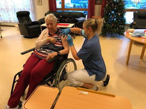 VAKSINERT: Eldbjørg Revdal (86) fra Follafoss var blant de første i Steinkjer som fikk vaksine 5.  januar. Her får hun vaksinen av Merete Vada.