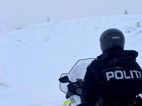 ALVORLIG: Naturoppsyn Ole Morten sand hadde med seg politiet på tilsyn på Brennheia tirsdag. Her så de mange spor etter villmannskjøring.