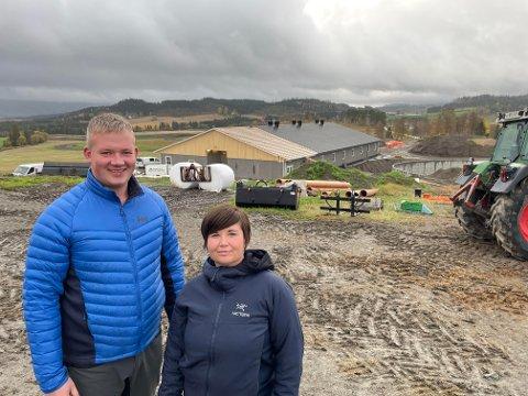 Gunn Skei og Oddvar Arne Austad på Heistad i Sparbu bygger et fjøs på 1.100 m2 der de skal produsere slaktegris.