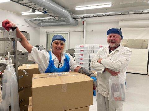 Da elgjakta startet i høst var Harry Dyrstad usikker på om han hadde nok arbeidskraft. Britt Karin Finne, som er lærer på restaurant og matfag ved Steinkjer videregående skole, er en av flere som har hjulpet Harry Dyrstad å komme over kneika.