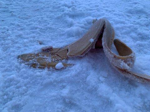Hvis det snør, kan noen være uheldige å skli på bananskall som folk kaster på fortau - som dette ved kirka i Steinkjer.