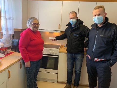 - Jeg er veldig glad for å få komfyrvakt. Jeg går aldri fra komfyren når jeg koker, men det er en stor trygghet, sier Magnhild Ramberg. Hun bor i en leilighet ved Sparbu bosenter. Denne uka monterte Steinkjerbygg komfyrvakter der. Både Roar Aalberg (midten) i Steinkjerbygg, og Trond Marius Fornes i Brannvesenet Midt IKS, er glad for det.