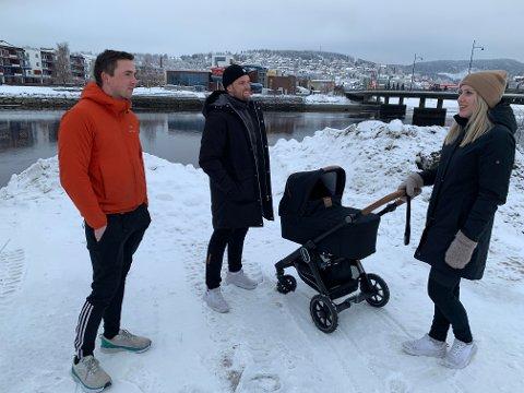 Joakim Ulvin (venstre), Magnus Damås og Stina Maria Horg håper Dampsaga Bad blir gjenåpnet snart igjen. - Jeg husker hvor spente og glade vi var da vi begynte på svømming i det fine badet i 3.-klasse. Det håper jeg sønnen vår får også, sier Magnus Damås.