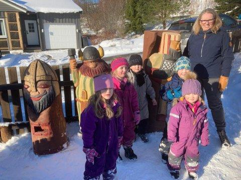 Liv Johansen mottok gavene på vegne av Vikingen barnehage.