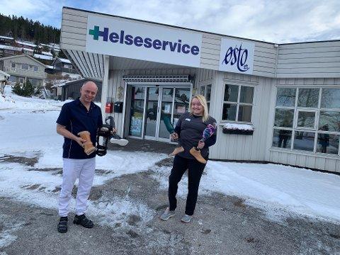 Anita Hellan (høyre) jobber i Østo Ortopedisenter på Tiller. Nå har sjefen hennes åpnet avdeling i Steinkjer - nærmere bestemt hos Helseservice i Søndre Egge.