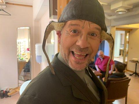 Sparbu teaterlag fremførte Solstikk & utroskap på Dampsaga kulturhus fra 26. - 28. februar 2021. Roy Myhr spilte en av hovedrollene - som postmannen Dag Otto.