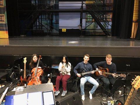 Maren Diesen (venstre) fra Steinkjer spiller cello, Ida Jiao Garnvik fra Steinkjer spiller trompet, Sigve Svendsen fra Malm spiller gitar - og det samme gjør Viljar Vikan fra Malm.