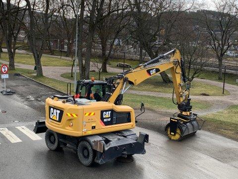 I tillegg til kostebil, bruker kommunen to hjullastere med kost  og en gravemaskin med kost for å fjerne stein og skitt etter vinteren.