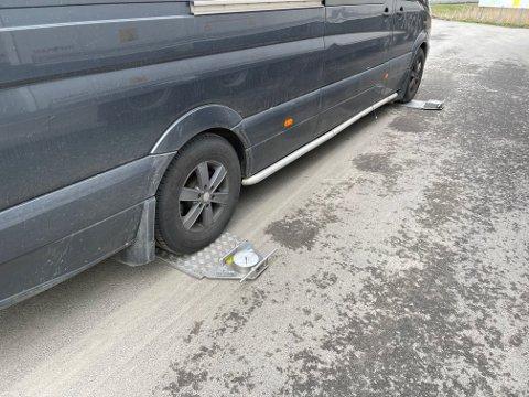 Med 400 kilo overlast var denne varebilen rimelig lav på veien ...