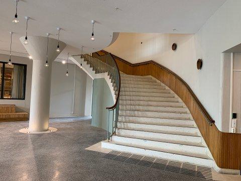 Arkitekt Sverre Olsens trapp er som den var for 70 år siden. Den røde løperen er ikke der lenger, men det har den ikke vært på noen år. Gulvet i rommet er også det originale.