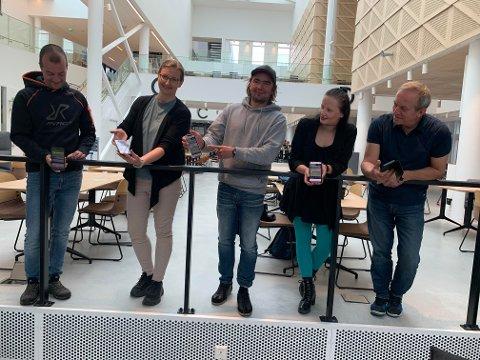 Ogndal har nå fått en ny bygdeportal på nett. - I dag har vi hatt relansering av bygdeportalen ogndal.net, sier Morten Resve (venstre), Silje Vangstad, Jens Kvernmo, Linda Katrine Brøndbo og Tore Strugstad.  Det er Smart media, som holder til på InnoCamp, som har hjuloet dem med det tekniske.