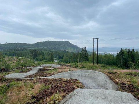 Slik så det ut et godt stykke ut i anleggsperioden på Steinkjer sykkelpark. Nå er den helt ferdig.
