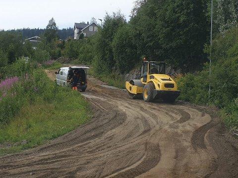 HOLDERVEGEN: Maskinene som skal klarergjøre Holdervegen for asfalt startet på forsommeren. All gammle sfalt er fjernet.