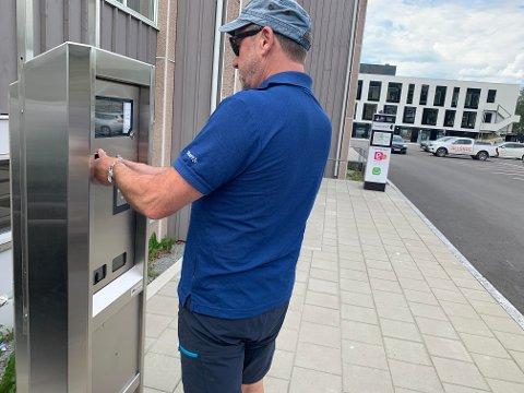 Ifølge Steinkjerbygg kan folk som skal på kirkegården bruke parkeringsautomaten som står på den store parkeringsplassen ved InnoCamp. Illustrasjonsbilde.