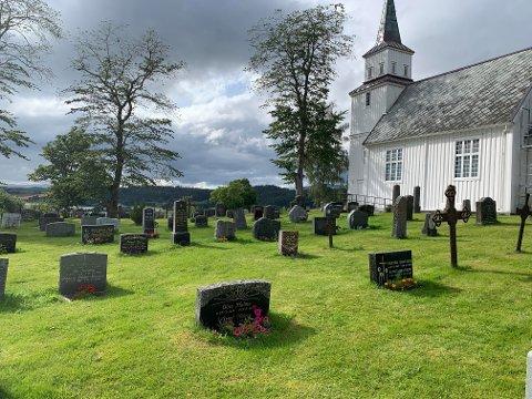 På sensommeren i fjor var det flere som klaget over hvordan det så ut på kirkegården i Følling. I år er det fint der. Dette bildet ble tatt 3. august.