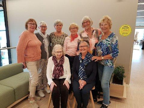 De fine damene har kjent hverandre siden de begynte på folkeskolen i Steinkjer. Foran fra venstre: Anne Karin Nergård, Gerd (Lien) Kjeldset, Brit (Løfblad) Sunde (bak fra venstre), Bjørg (Hatlinghus) Hellem, Tora Bylund, Ragnhild Five (Elden) Kleven, Astrid (Wiklund) Øian og Lissi Bones Mathisen.