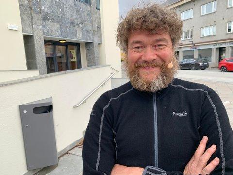 """Fredag ledet Øyvind Brandtzæg  AP-konserten på torget i Steinkjer. De siste 10-12 dagene har han vært med på prøvene til """"Eplene i Messehagen"""" i Malm."""