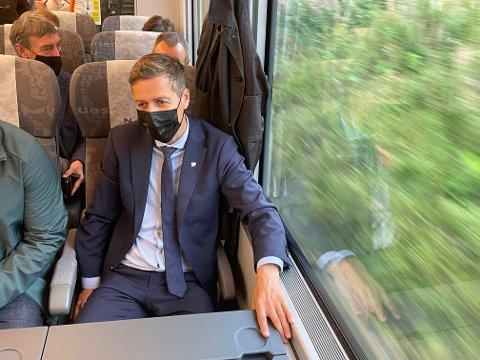 Samferdselsminister Knut Arild Hareide (KrF) roste komforten i de nye togene på Trønderbanen.
