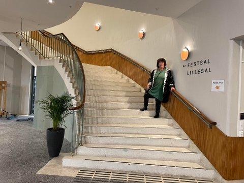Hilde Schønborg (81) er datter av Sverre Olsen, den kjente arkitekten som tegnet Steinkjer samfunnshus og den flotte trappa i foajeen der.