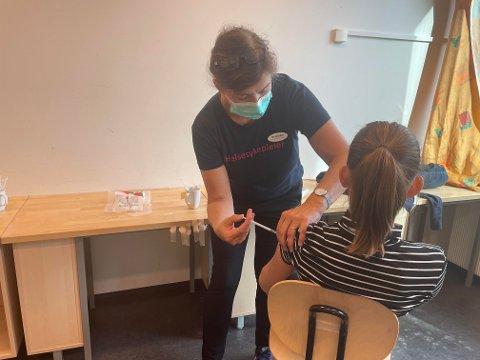 Helsesykepleier Sigrid Grøtan Øksnes vaksinerte mange elever ved Steinkjer ungdomsskole torsdag formiddag.