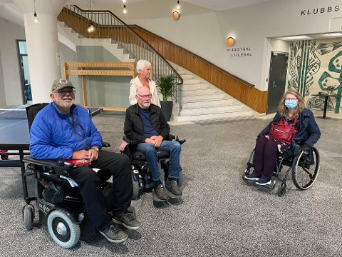 Torsdag var Roy Staven (venstre), Øystein Forr, Hanna Forr, Lill Kristin Aune og flere andre på befaring i det nyoppussede samfunnshuset.