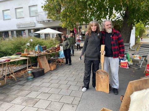 Toril Myhren og Ole Georg Tangen hadde kjørt langt. - Steinkjer er en fin by, så her trives vi. Det har blitt en tradisjon å være med på bruktmarked her, sier paret fra Namsos.