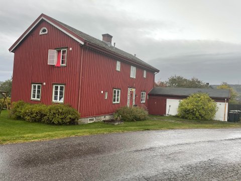 Huset ligger på en av byens fineste tomter - like ovenfor Regimentsboligen.