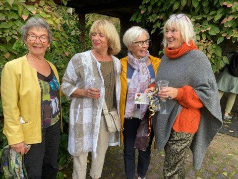 Rigmor Nonstad (venstre), Torhild Ramberg, Gunn Olsen og to damer til fra Steinkjer, stiller nå ut bilder i Kerry Grønengs (høyre) galleri på Levanger.