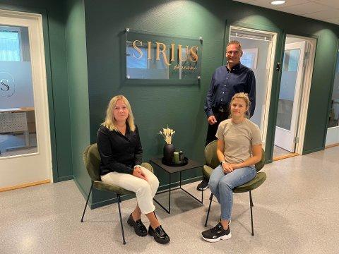 1. september kunne Stein Markhus og hans ansatte ønske de første kundene velkommen. F.v. Hilde Ulvin  og Camilla Roel. - Om kort tid blir vi fire ansatte, og med tiden er målet mitt av vi skal bli mange flere, sier Stein Markhus.