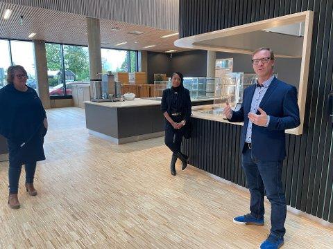 Erik Jensen presenterte navnet på den kommende restauranten i O2-huset sammen med kona Yaasmiyn og fylkesleder i NKS, Anne-Grete Sagmo.