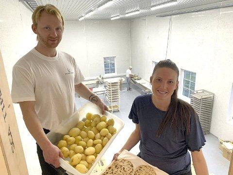 Nordgård Gårdsbakeri ble stiftet høsten 2019. - Vi er tre som jobber her, sier Robert Guin og Monica Nygård.