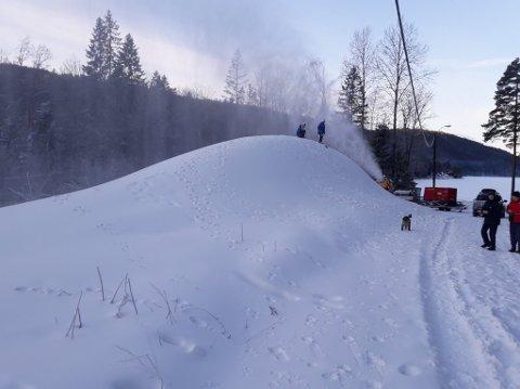 Snøkanonen har laget en gedigen haug med snø siden fredag.
