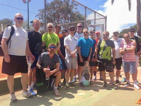 TRENING i SOLA: Her er Svelvik Tennisklubb Klar for trening på Sol Sport tennis i Spania. Foto Svelvik Tennisklubb.