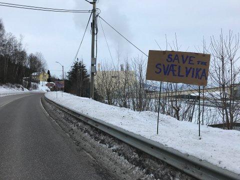Slik sto de syv protestplakatene ved Norgips før været fikk herje med dem.