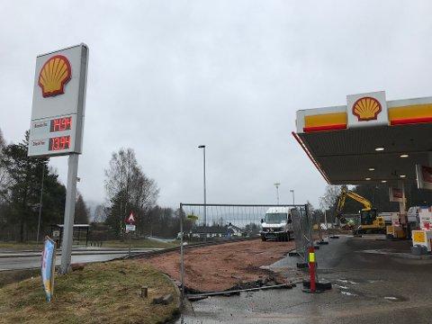 Drivstoffpumpene ved Shell skal være stengt i totalt 11 dager, men åpner igjen førstkommende torsdag.