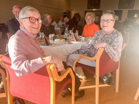Koser seg: De to søstrene Bjørg Bliksrud (t.v.) og Britt Syvertsen er vant til å lage maten til pensjonistforeningens møter. Derfor synes de det var ekstra stas å få den servert under feiring av Eldredagen.