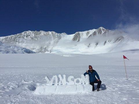 Lisbeth Friberg har nådd toppen av seks av de syv høyeste fjellene i Seven Summits. Her er hun på sin nyligste tur -  Mount Vinson.