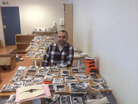 LOKAL HISTORIE OVER 50 ÅR: Kent Stian Håkonsen har en stor jobb foran seg, med å sortere den massive, private fotosamlingen som er donert til Svelvik kommune.