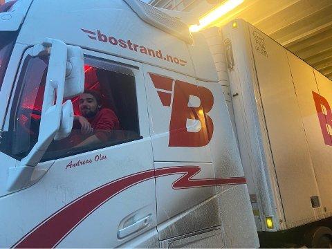 Andreas Olai Løken (23) fra Ørsta måtte rygge inn på Hurumferja mandag ettermiddag.