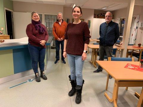 Mari Helle, Jonn Gunnar Lislelid, Jon Kristian Ebbestad fra partiet De Uavhengige gir pengene som er til overs til Svelvik Frivilligsentral ved leder Heidi Smedsrud Hansen (foran).