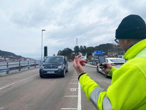 SLIK FUNGERER DET: Matrosen på Svelviksund skanner bilene som kjører på med en mobiltelefon. Da registreres Autopass- eller ferjeavtalen som er tilknyttet registreringsnummeret på bilen.