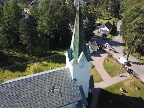 Kirkespiret på Berger kirke datt ned i fjor sommer. I år kommer et nytt på plass.
