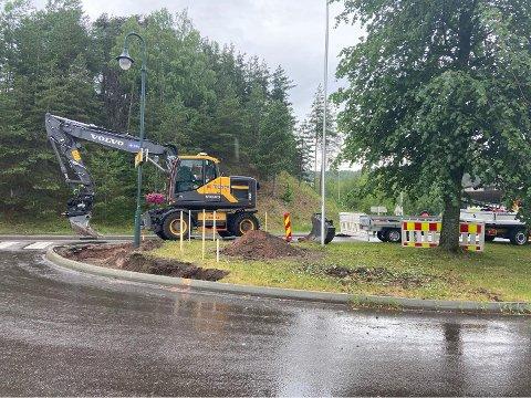 Slik så det ut ved ferjeleiet mandag ettermiddag. Arbeidene med en sikrere snuløsning for bussen er i gang.