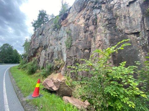 I sommer raste denne steinblokka ut langs Strømmveien.