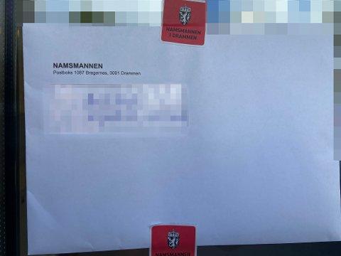 Dette brevet hang svært synlig i Svelvik denne uka.