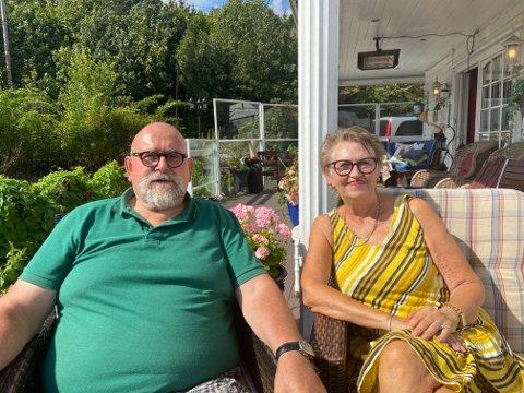 Jack og Mona Walsøe har sett flere trafikkulykker langs Svelvikveien. Nå håper de det blir tatt grep.