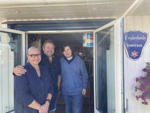 Hege, Tore og Kristian sønnen Kollerud i døråpningen til sin lille krambu, midt i Svelvik.