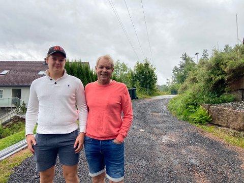 Fredrik og Tore Skognes håper kommunen vil asfaltere den siste biten av Stubben. For om vinteren er det store problemer rundt snømåkingen, da det må gruslegges på nytt flere ganger i året, skal vi tro familien.