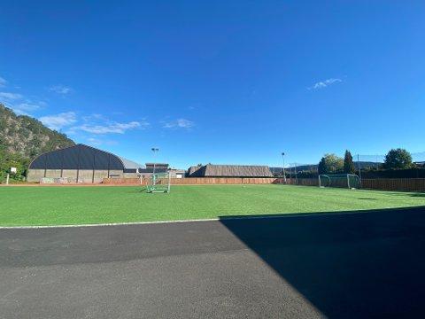 Idrettsbanen ved ungdomsskolen.